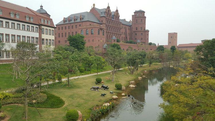 Le site accueille 108 bâtiments entourées de jardins et de lacs artificiels
