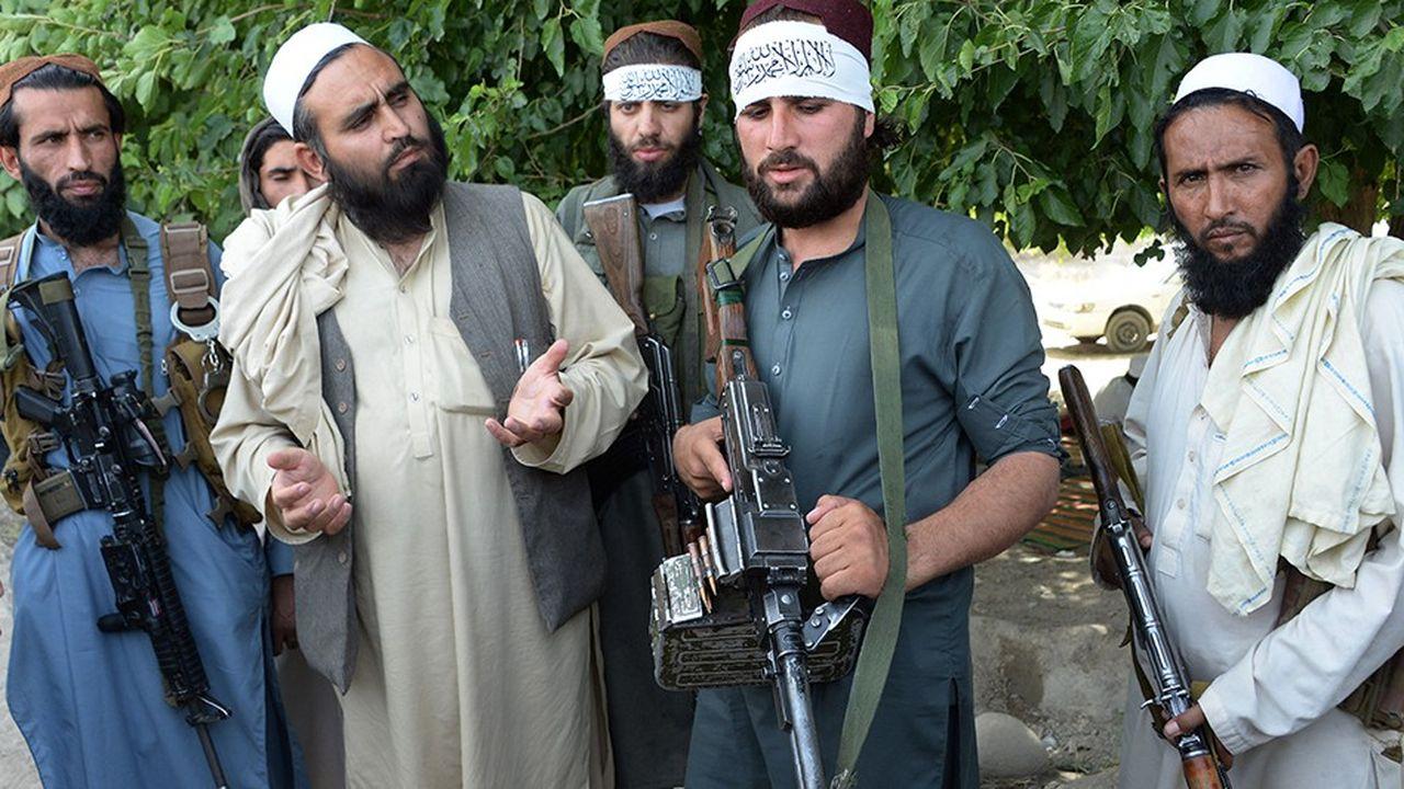 Des Talibans discutaient l'an dernier avec des officiers de la police nationale à l'occasion d'un cessez-le-feu dans l'est de l'Afghanistan, dont le pays a connu un nombre considérable, tous de courte durée.