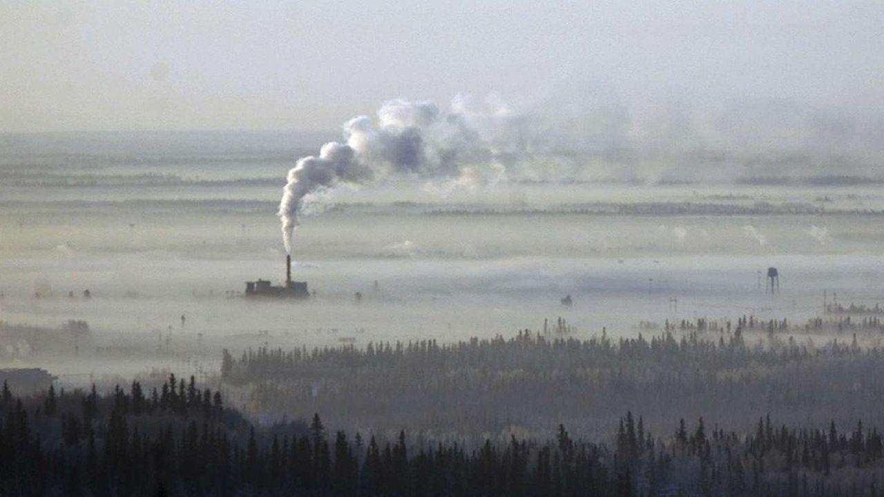 La hausse des températures est plus intense dans les régions polaires, où la fonte des glaces s'accélère.