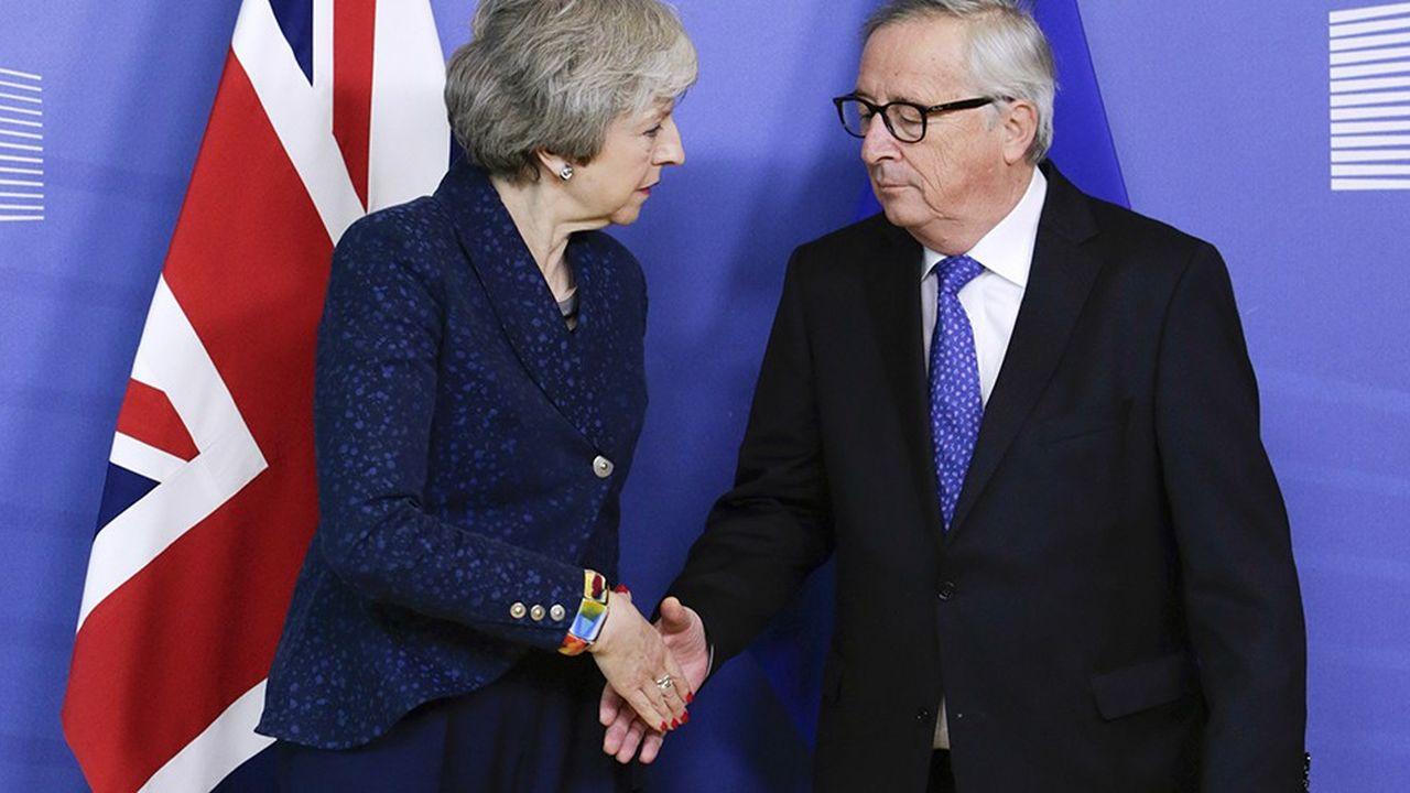 La Première ministre britannique et le président de la Commission européenne ont effectué un passage éclair devant les caméras, mais n'ont rien lâché sur le contenu de leurs échanges.