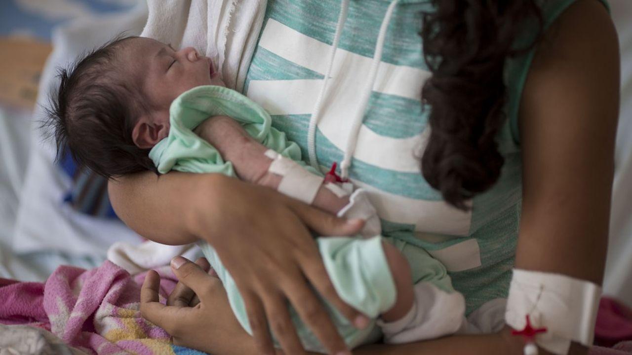 En raison des risques de maladie nosocomiale et de l'absence de soins et de médicaments au Venezuela, nombre de Vénézuéliennes ont choisi d'accoucher à l'étranger. Dans la maternité Nossa Senhora de Nazare à Boa Vista au Brésil, une naissance sur quatre est le fait d'une mère vénézuélienne.
