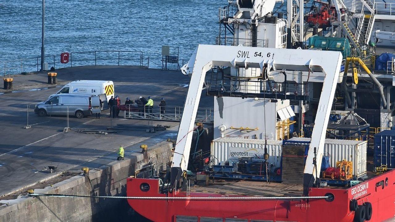Le corps trouvé dans l'épave avait été amené à terre jeudi matin par le navire du Bureau d'enquête britannique sur les accidents aériens