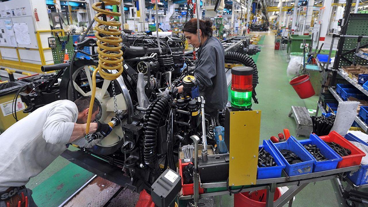 Des salariés travaillant sur une chaîne de montage dans une usine de Scania, à Angers