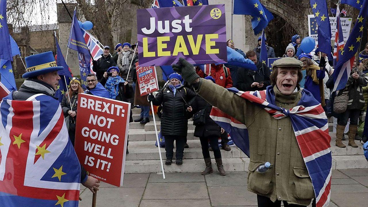 Manifestants pro et anti Brexit à Londres, le 29 janvier dernier.Les Britanniques ont beau souligner l'absence totale de violence physique dans leur débat, les divisions entre les deux campsn'ont cessé de s'approfondir.