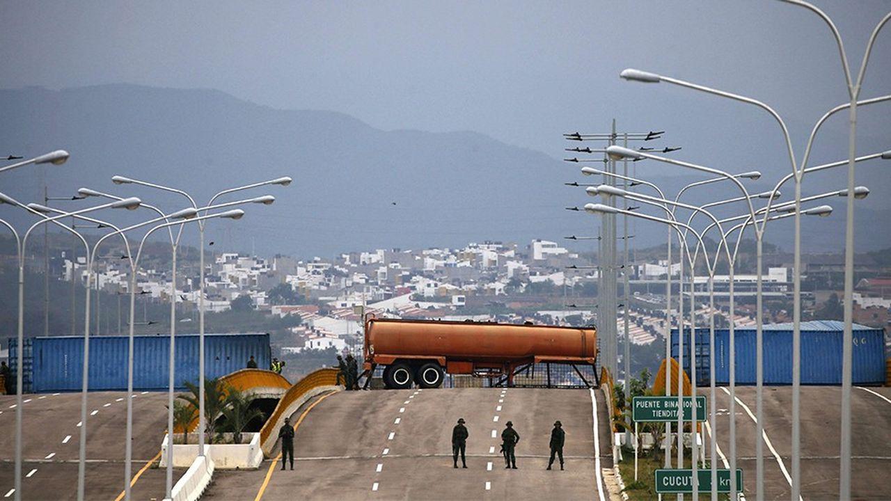 L'armée bloque le pont de Tienditas par où doit transiter l'aide humanitaire
