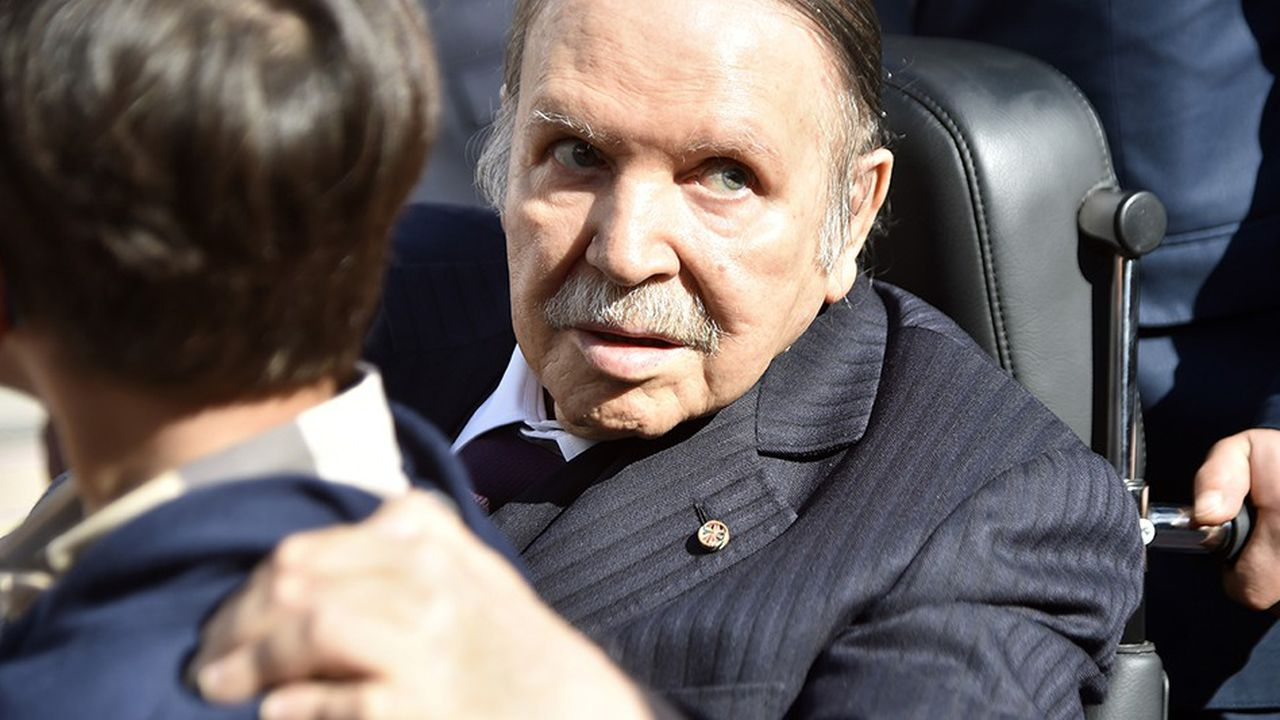 Le 23novembre 2017, le président algérien, Abdelaziz Bouteflika, vote dans la capitale Alger, à l'occasion des élections municipales.