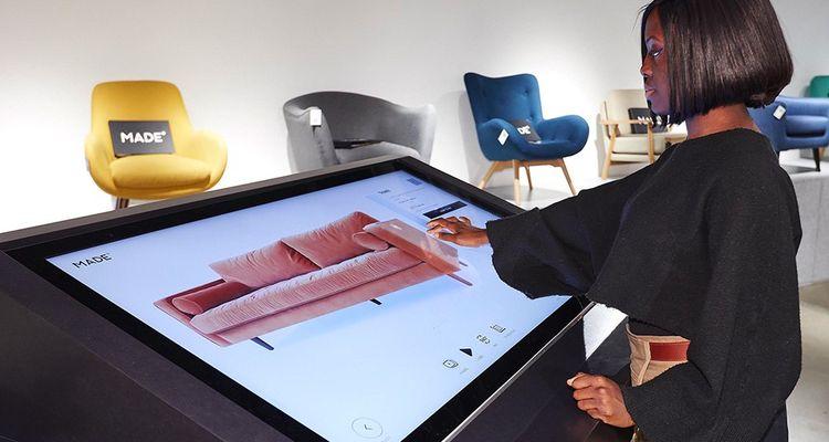 Les écrans pour mieux visualiser les produits. Un dispositif de réalité augmentée permet aussi de voir le rendu des produits chez leurs acquéreurs.