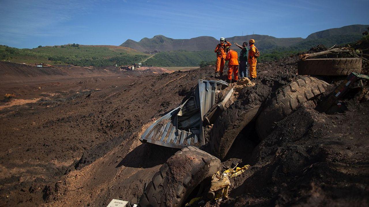 Recherche de victimes près de la ville de Brumadinho après la tragédie. L'Agence nationale minière du brésil n'affirme disposer que de 35 agents pour contrôler près de 800 barrages miniers, dans un pays grand comme 15 fois la France.