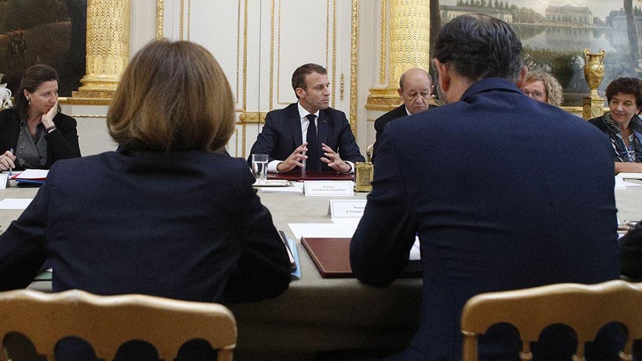 Alors que la taxe carbone est remise sur le devant de la scène par la majorité, Emmanuel Macron a dit lors du Conseil des ministres qu'une «hausse de la fiscalité» n'est pas la réponse à la «colère».