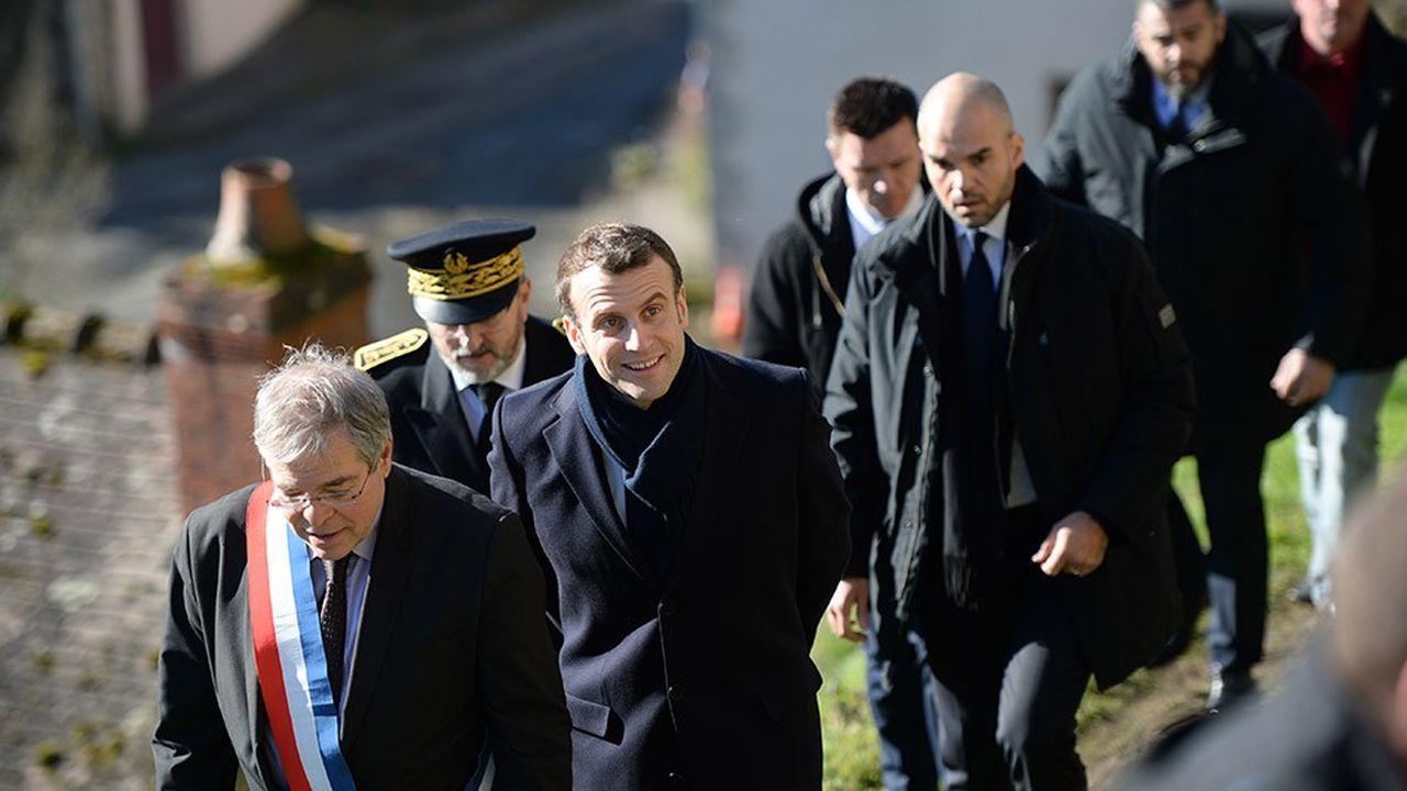 Emmanuel Macron, ce jeudi matin à Gargilesse-Dampierre, avec devant lui Vanik Berberian.