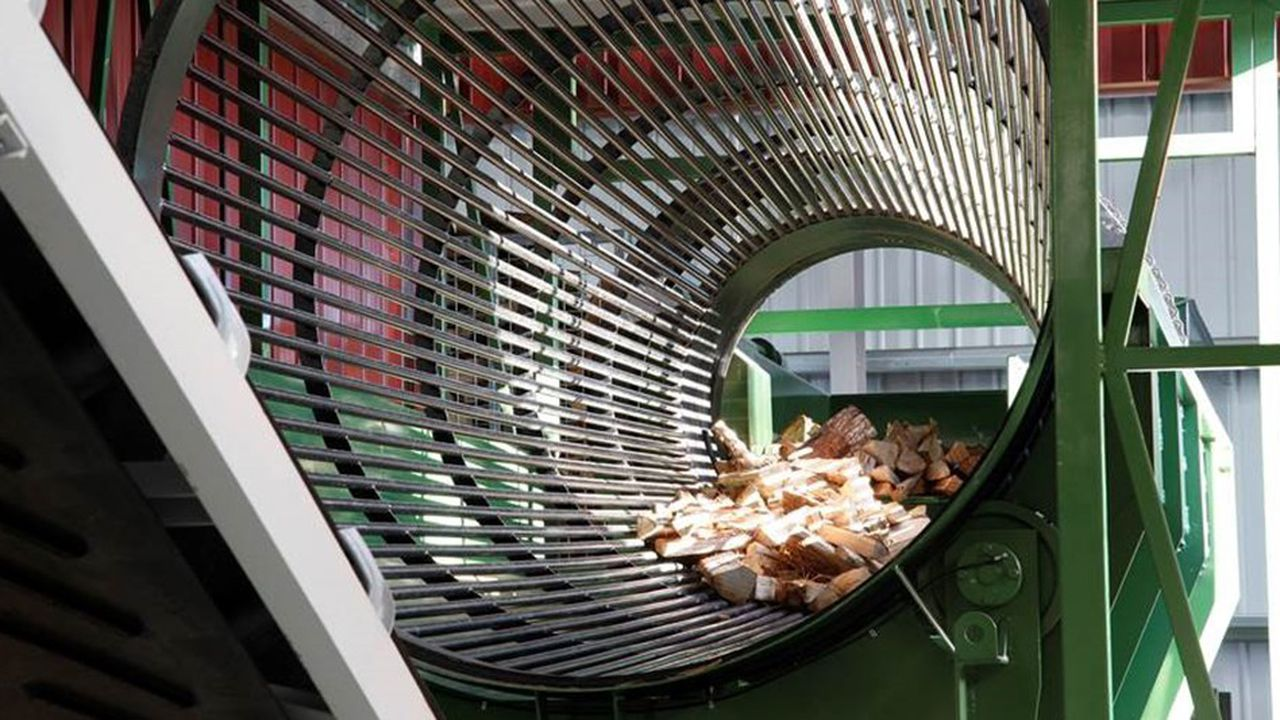 Dans son usine Bois-Factory à Buzançais, Poujoulat écorce ses bûches après séchage pour garantir une bonne flambée.