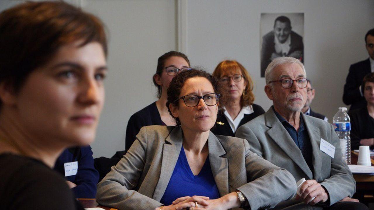 Emmanuelle Wargon lors d'un débat organisé par des salariés et des bénévoles des Restos du coeur, dans le 9e arrondissement de Paris.