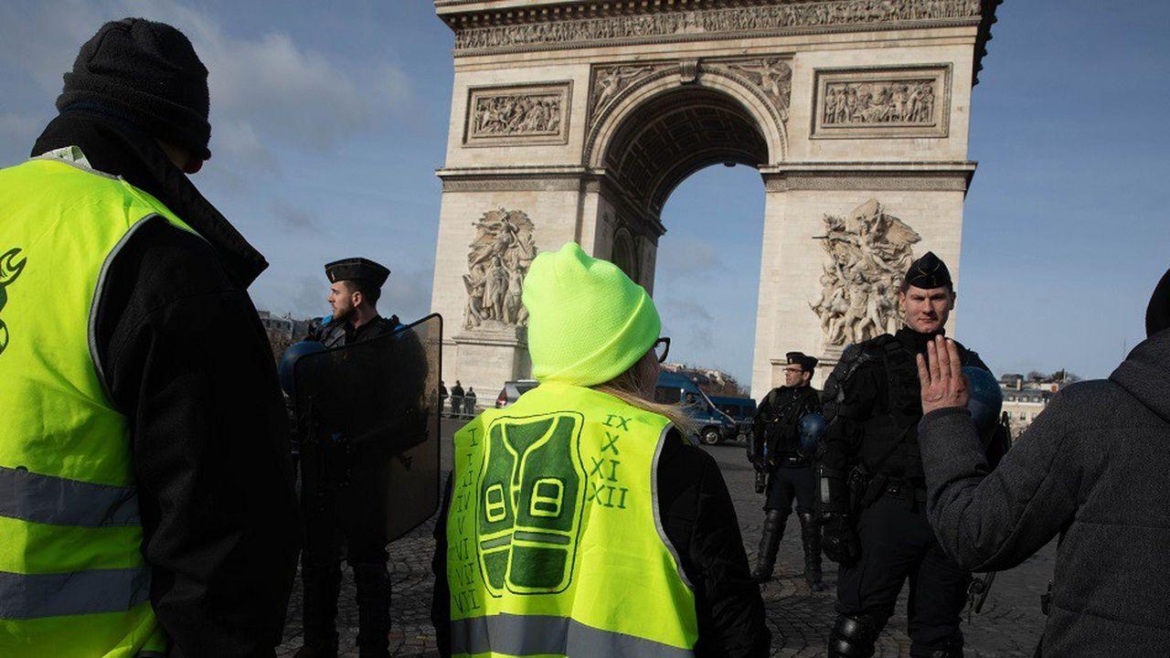 Des «gilets jaunes» devant l'Arc de Triomphe, le 9février 2019.