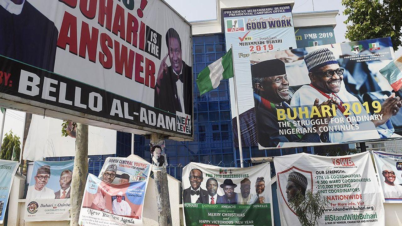 Les affiches du président sortant, Muhammadu Buhari, se multiplient dans les villes du Nigeria.