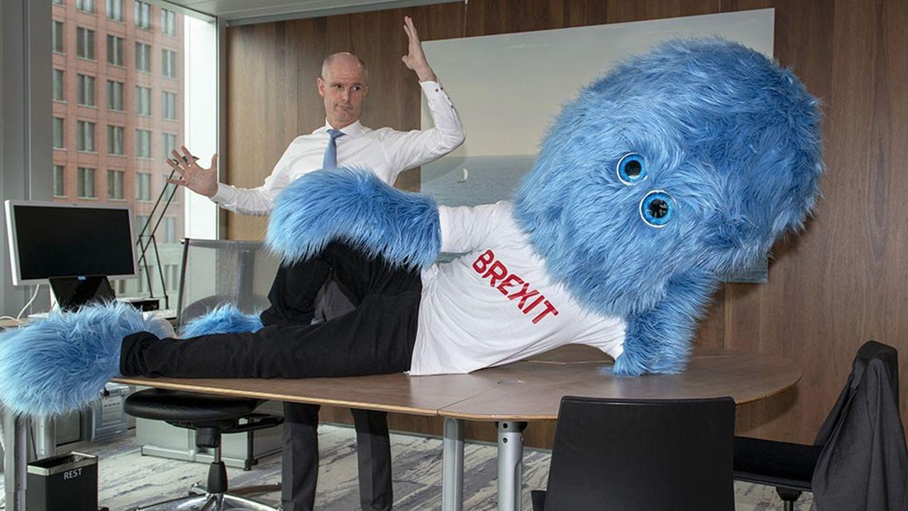 La photo du ministre néerlandais des Affaires étrangère avec un monstre est rapidement devenue virale.
