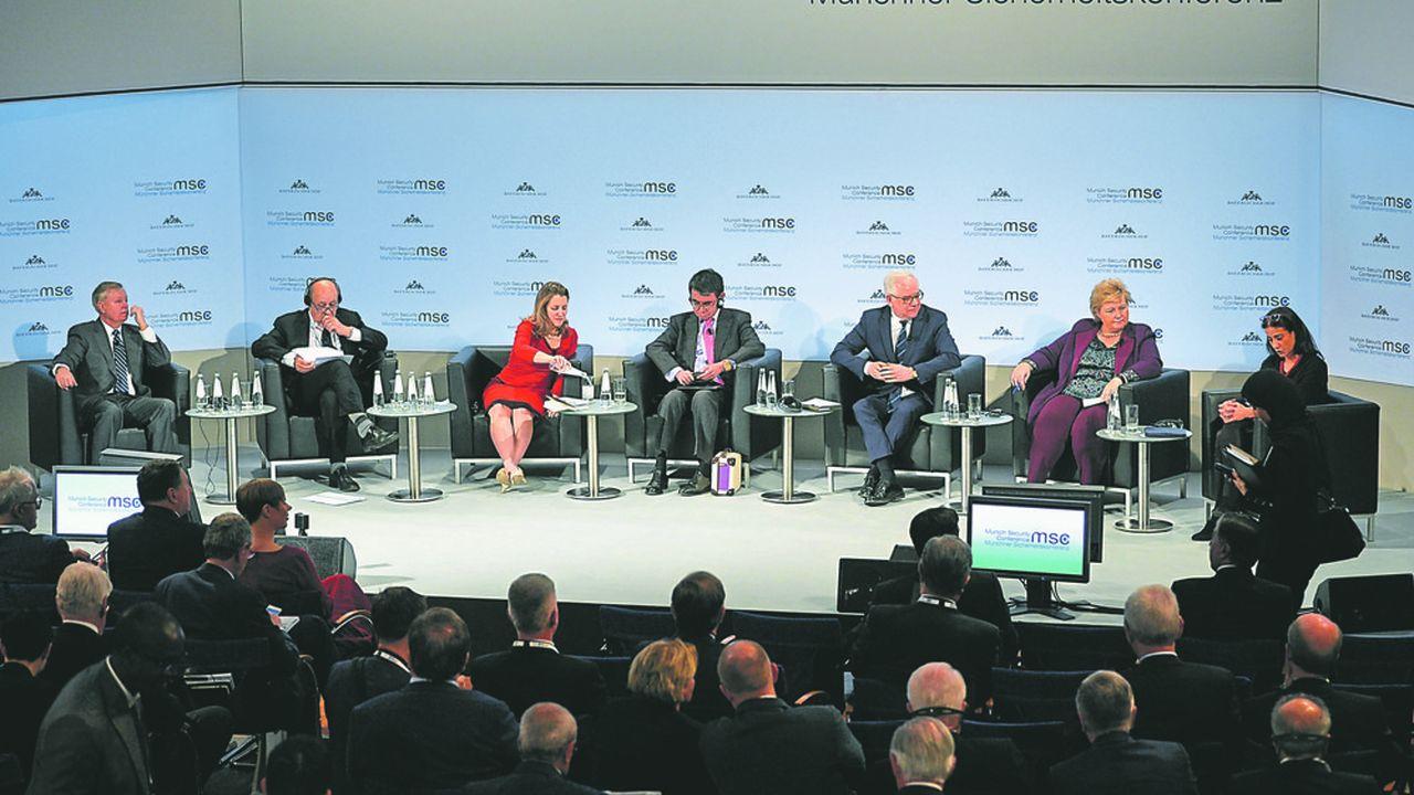Jean-Yves Le Drian (avant dernier sur la gauche) s'est étonné vendredi à la conférence sur la sécurité à Munich du retrait des troupes américaines de Syrie ouvrant ainsi la porte à un renforcement de la présence iranienne dans le nord est du pays. «Pour moi c'est un mystère», a-t-il dit.