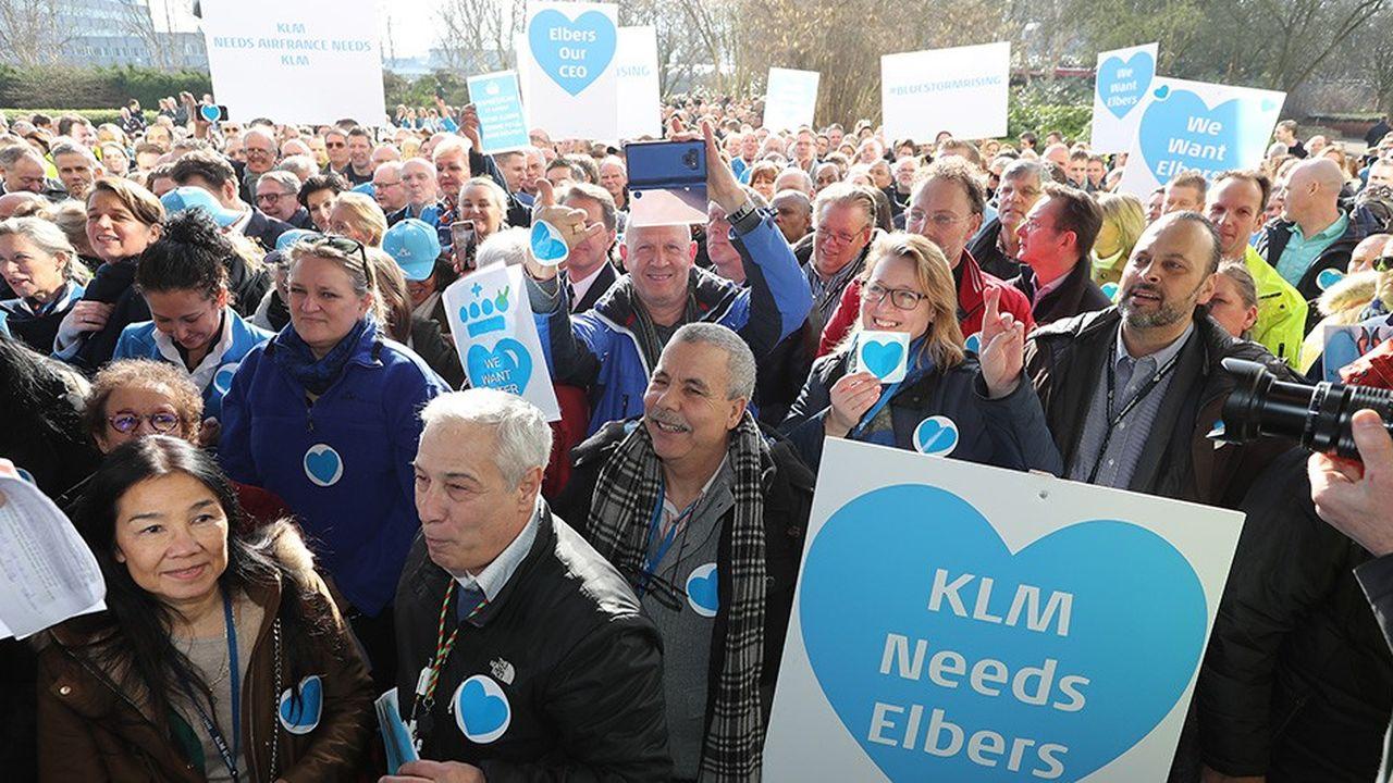 Outre un courrier collectif rédigé par 120 cadres, une manifestation de soutien à leur patron - qu'ils jugent garant de l'indépendance de KLM et de sa rentabilité-, a rassemblé l'ensemble des personnels de la compagnie au siège social de KLM.