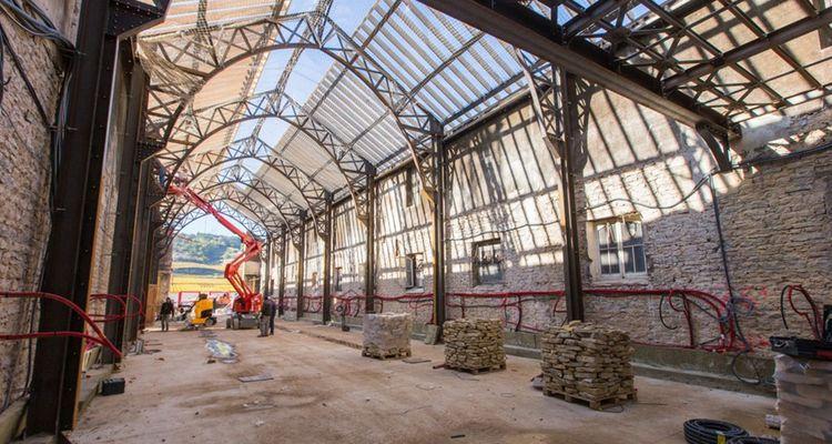 La cuverie historique du domaine Faiveley, à Nuits-Saint-Georges, est une architecture métallique typique du style Eiffel du 19e siècle . L'entreprise Comep-Sicop, une PME familiale, a intégralement changé la charpente métallique, en fabriquant pour cela des copies neuves des poutres-treillis originales.