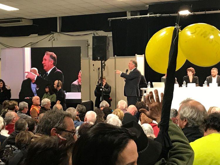 « A bas les privilèges ! » tonne un « gilet jaune » dès l'introduction du débat, coupant un François Bayrou expliquant son attachement, face aux « problèmes de fin de mois », à « travailler à une société plus humaine ».