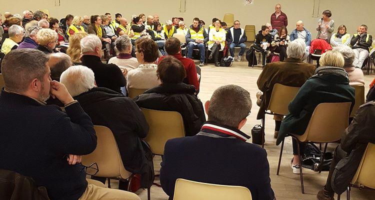La trentaine de « gilets jaunes » - sur une centaine de personnes présentes - s'est regroupée d'un côté de la salle des Charruauds. Ils font face aux autres.