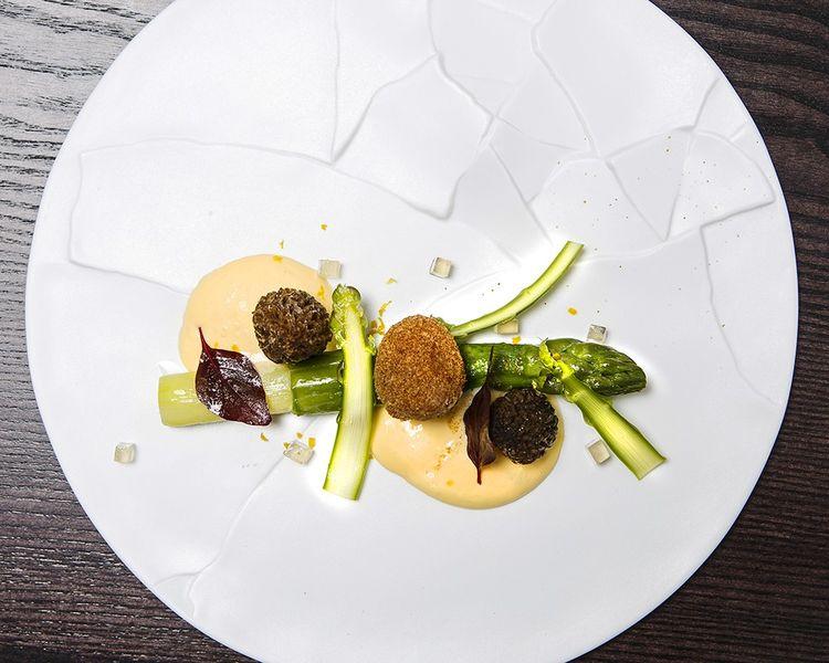 Asperge verte croustillant d'oeuf de caille, morilles farçies et sauce cédrat, l'un des plats stars d'Alan Geaam aux Jardins de l'Espadon