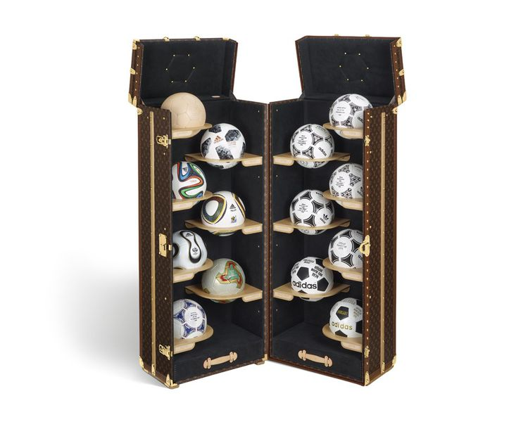 Malle Louis Vuitton . Réeditions des ballons de football officiels.