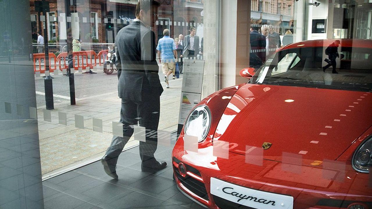 Les voitures de marque Porsche sont très appréciées dans les quartiers huppés de Londres, comme ici à Mayfair.