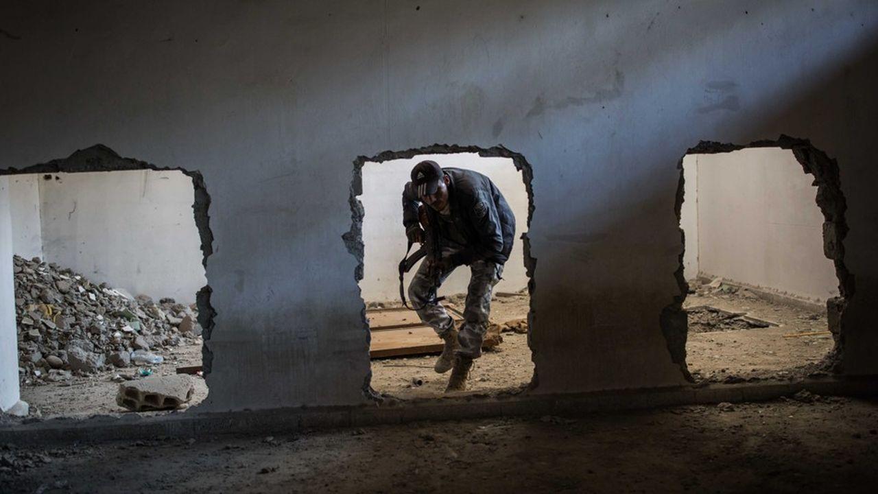 Les combattants kurdes et arabes des FDS (Forces démocratiques syriennes), comme celui-ci dans un ancien abri de djihadistes, ont fait prisonniers des centaines de combattants de Daech. Ils assiègent le dernier réduit de l'organisation terroriste, de moins d'un kilomètre carré dans un village du nord-est de la Syrie.