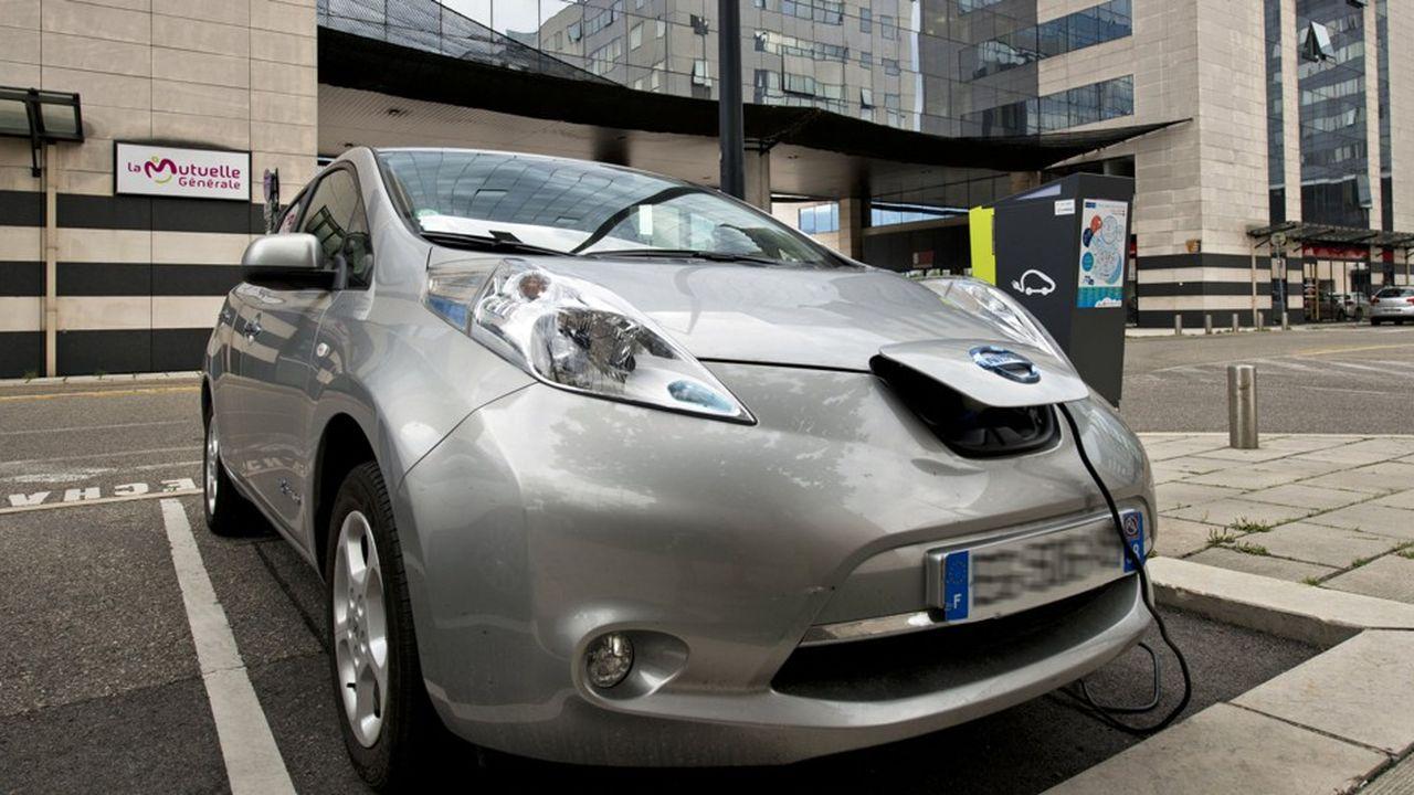 La Nissan Leaf, ici en charge sur une borne Sodetrel (groupe EDF), à Grenoble, doit sa popularité au marché européen