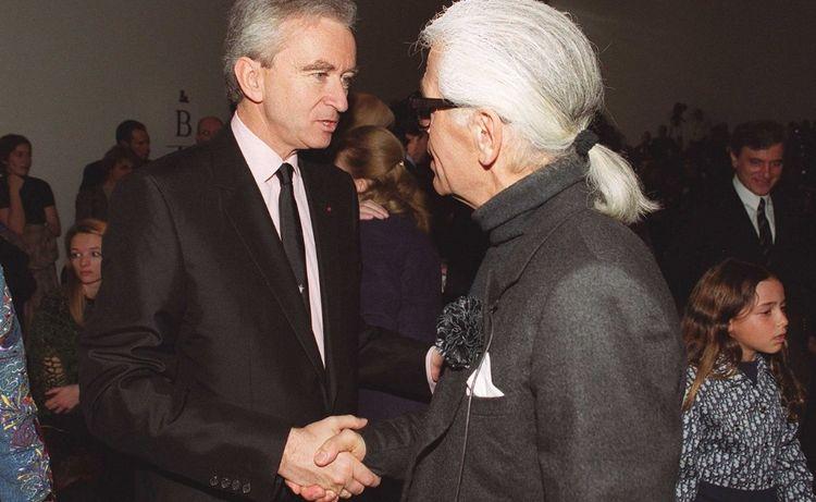 Lorsque LVMH, propriétaire des «Echos», rachète la maison italienne Fendi en 2001, le PDG du géant du luxe, Bernard Arnault, décide de maintenir Karl Lagerfeld au poste de directeur artistique.