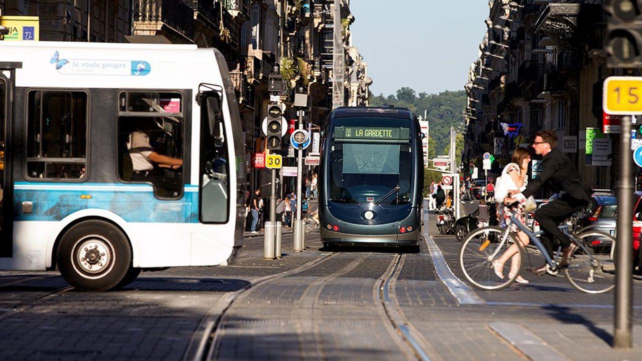 Parmi les actions pour relancer les commerces de centre-ville: faciliter les accès, en transports en commun (ici à Bordeaux), mais aussi en voiture.