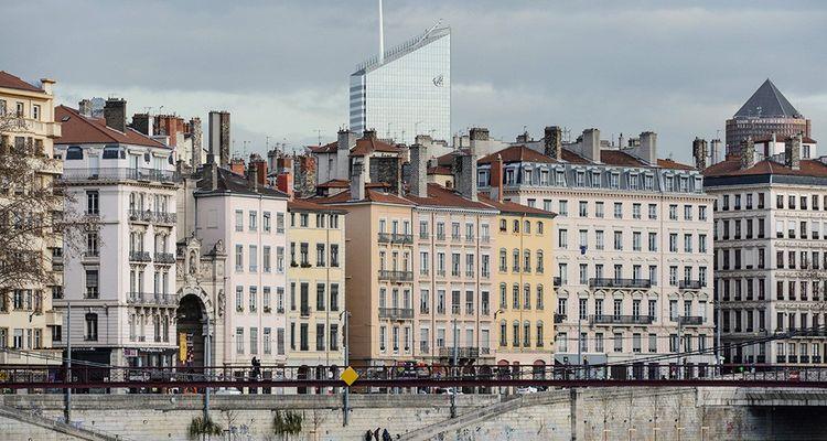 La Presqu'Ile de Lyon décroche le titre de meilleur centre-ville marchand d'une métropole. La fédération Procos note «un mix marchand très attractif avec les grandes enseignes nationales, un secteur luxe ainsi que des indépendants». Clermont-Ferrand et Strasbourg enregistrent les meilleures évolutions. La capitale auvergnate a recruté un manager de centre-ville, investi dans l'événementiel et mis en avant une halle de marché. Strasbourg n'enregistre que 4% de locaux vacants avec en son centre, à côté des boutiques, des logements et des services de santé.