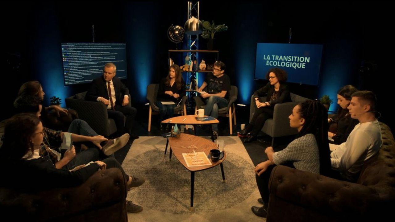Derrière le ministre de la Transition écologique François de Rugy (quatrième en partant de la gauche) s'affiche le chat, élément essentiel de la plateforme de streaming Twitch