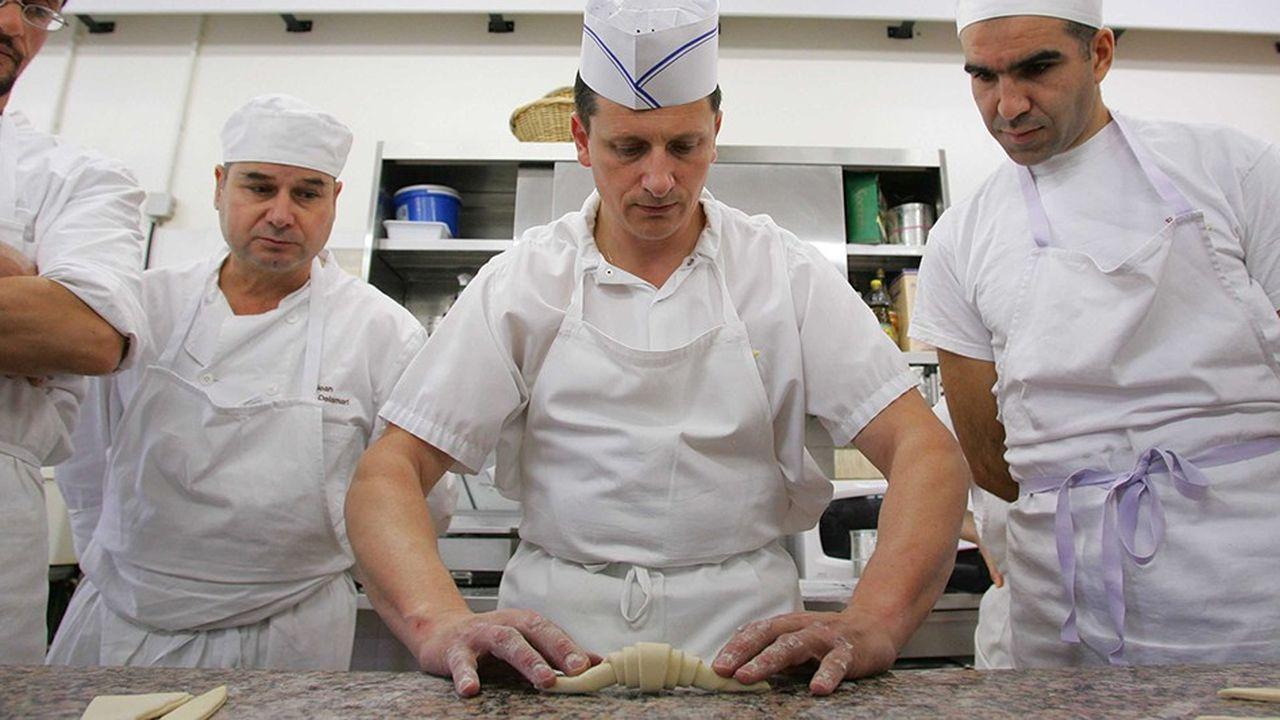 Des adultes en apprentissage à L'Ecole de boulangerie et de pâtisserie de Paris .