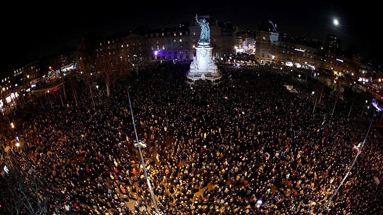 En début de soirée, plusieurs milliers de personnes étaient déjà massées place de la République, à Paris