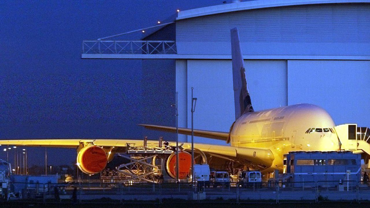 Des techniciens effectuent les derniers tests de contrôle sur le premier prototype de l'Airbus A380, destiné aux essais en vol, le 11janvier 2005 devant l'usine d'assemblage Jean-Luc Lagardère de Toulouse Blagnac.