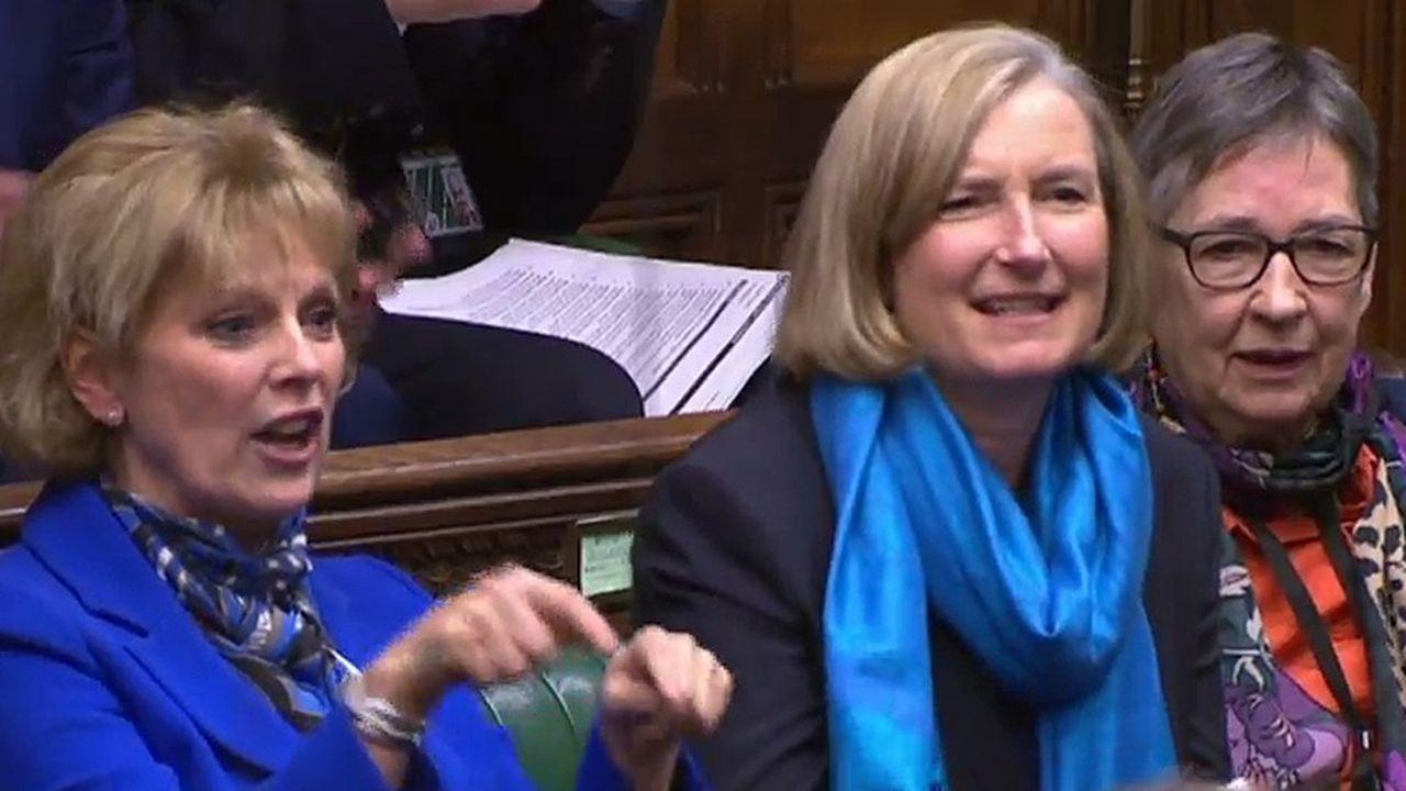 Theresa May a fait part de sa tristesse à l'annonce des défections d'Anna Soubry (gauche) et de Sarah Wollaston (centre).