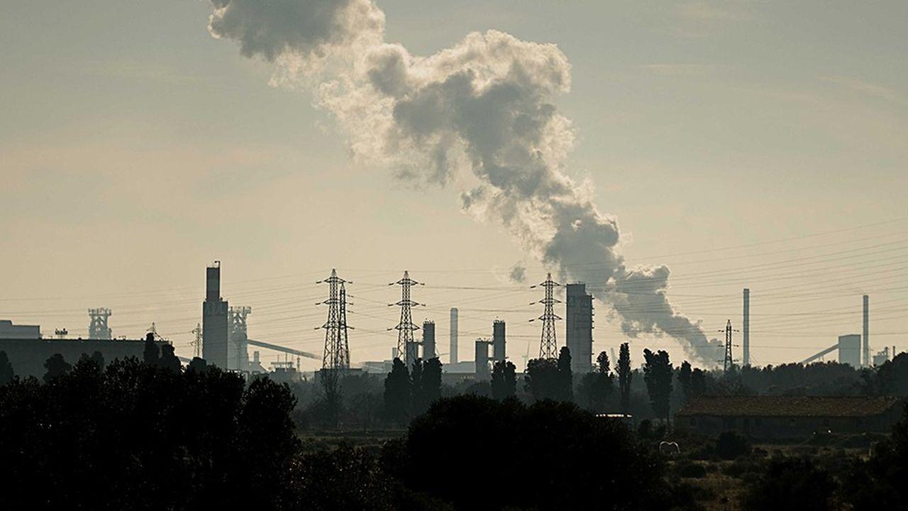 La taxation carbone a pour but d'augmenter le prix relatif des biens et services les plus intensifs en émission de carbone pour en réduire la consommation.
