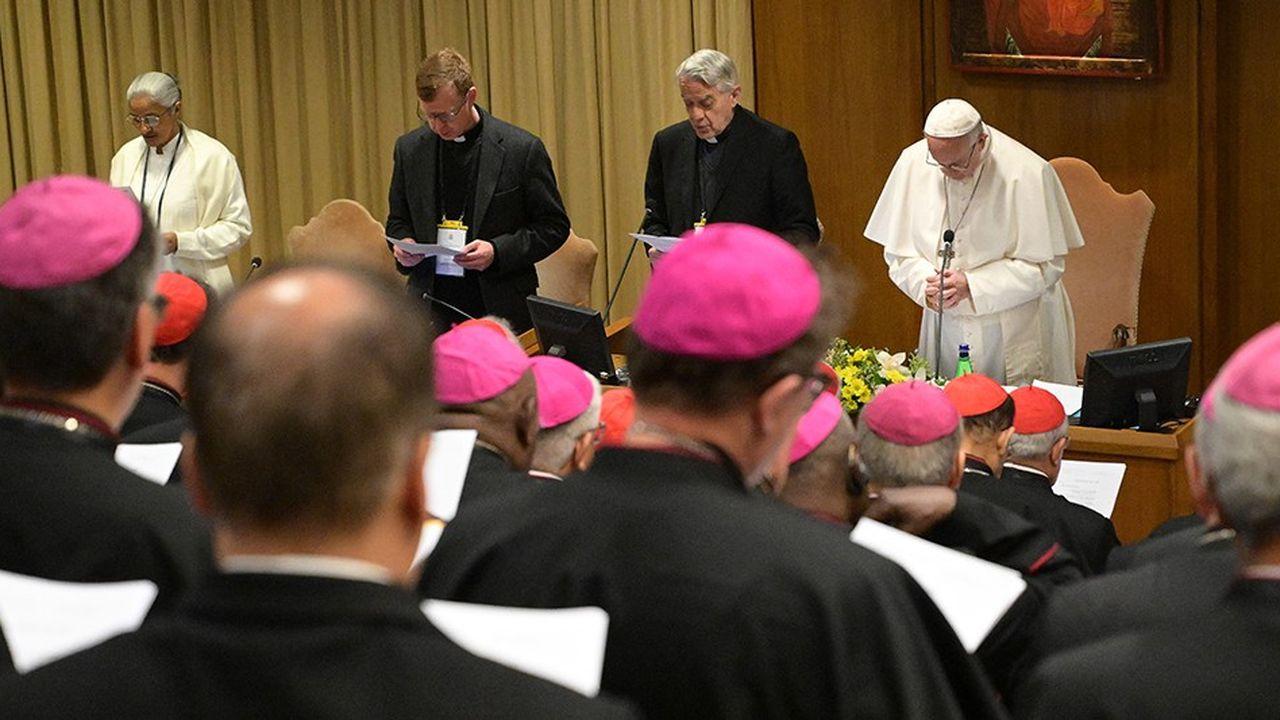 Le pape François (à droite) prie jeudi au Vatican pour l'ouverture du sommet pour la protection des enfants.