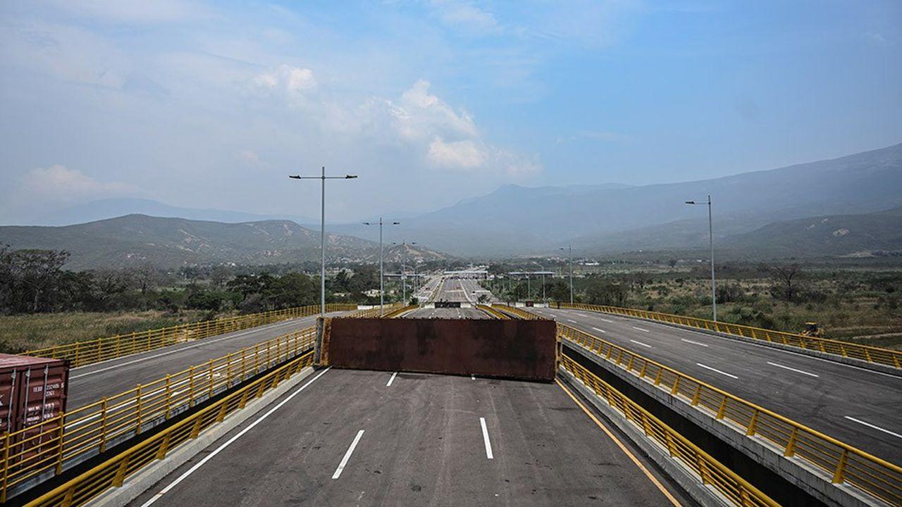 Des containers bloquent le pont de Tienditas, à Urena, au Venezuela.