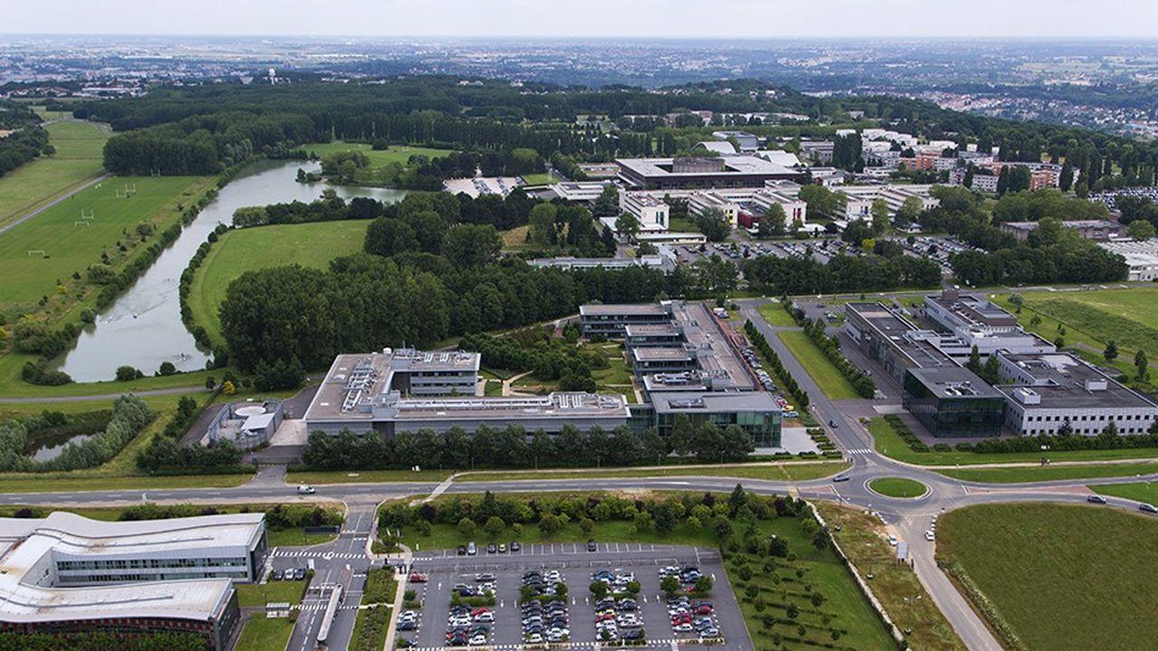 Le territoire de l'université Paris-Saclay s'étend d'Evry à Mantes-la-Jolie en passant par le plateau de Saclay. Il englobe les départements de l'Essonne et des Yvelines, tout en débordant sur le Val-de-Marne et les Hauts-de-Seine.