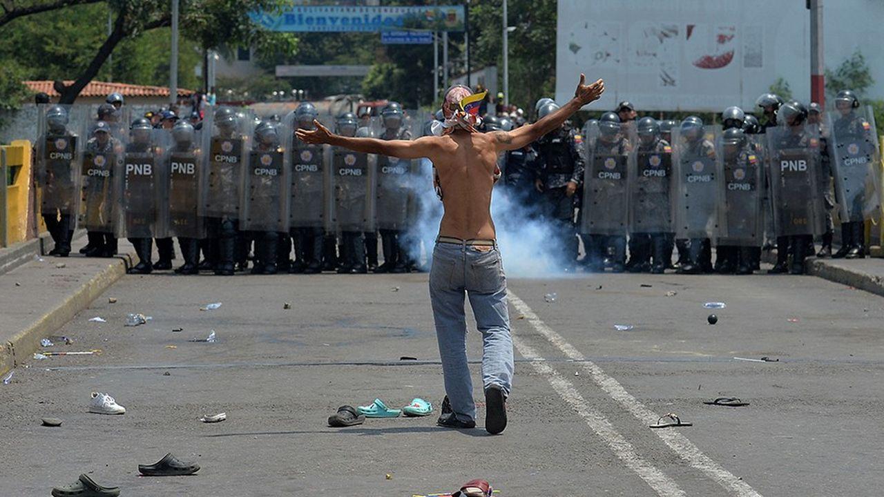 Les affrontements se durcissent à la frontière du Venezuela, les partisans de Juan Guaido tentant de forcer les barrages pour faire entrer l'aide humanitaire.