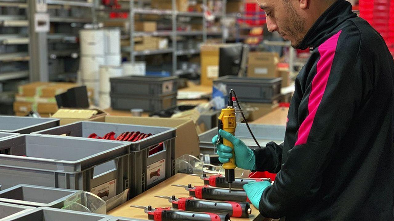 Le nouveau sécateur électrique contient un dispositif de sécurité, la fermeture s'arrête dès qu'un doigt entre en contact avec la tête de coupe