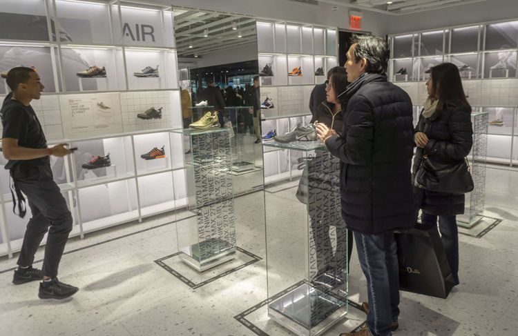 Derrière les vitres ? Les sneakers que Nike lancera dans les mois qui viennent. L'endroit est dédié aux collectionneurs