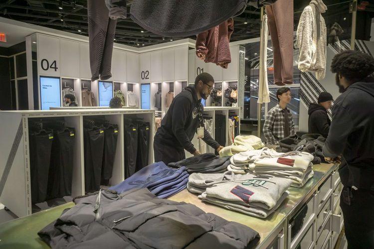 Le vaste espace inclut un véritable atelier de couture avec des machines à coudre ainsi que des cabines d'essayage
