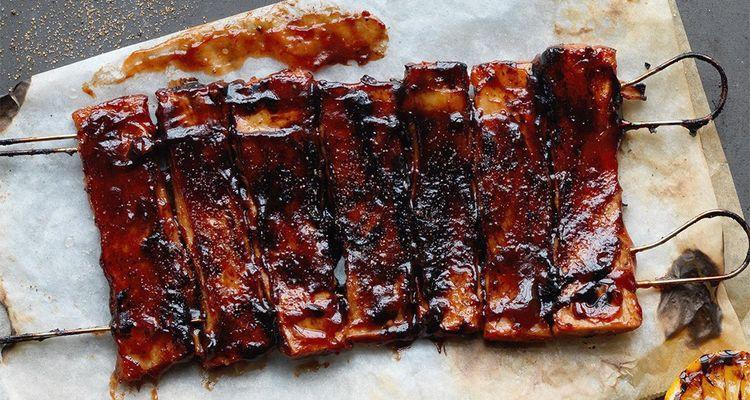 Oumph emprunte les codes du fast-food et donne à ses steaks végétaux l'aspect appétissant de «ribs» au barbecue.