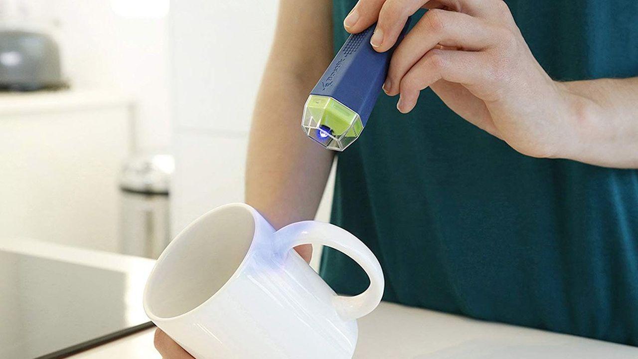 Rechargeables, les tubes de Fix & Flash permettent une quinzaine de collages sur tous les matériaux, de la porcelaine au plastique rigide.