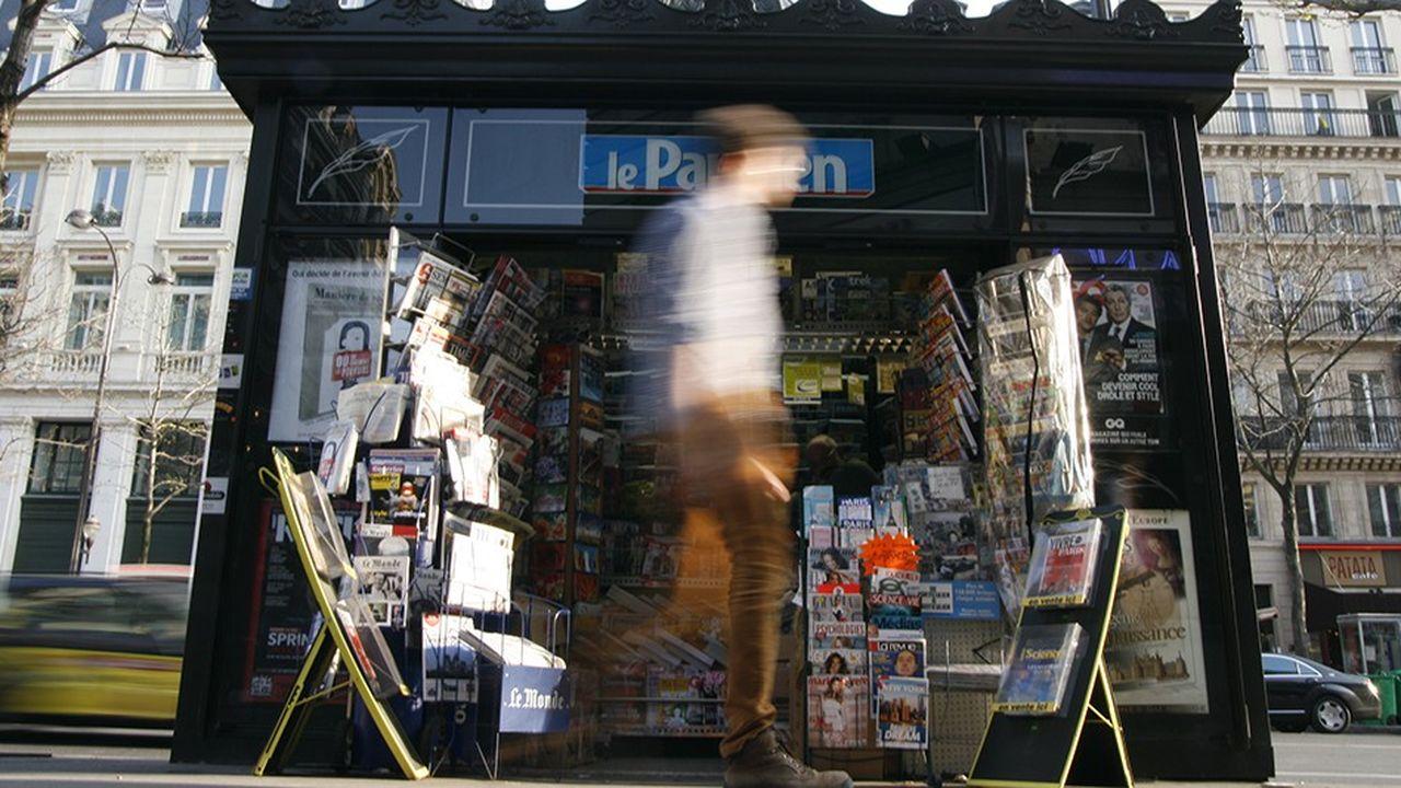 Un kiosque à journaux à Paris.En une dizaine d'années, la diffusion de la presse magazine a plongé de 35 %, à 1,2 milliard d'exemplaires.