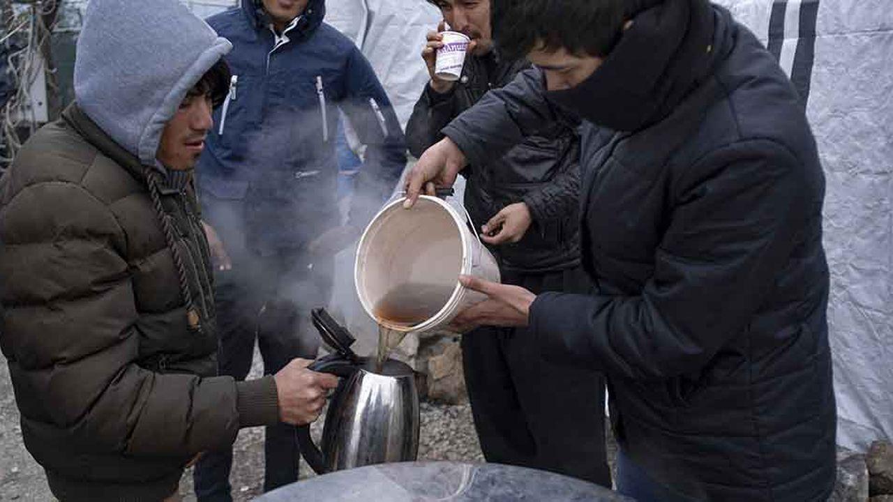 Des Afghans préparent du thé dans le camp de Moria, sur l'île de Lesbos où vivent actuellement 5.000 migrants pour une capacité d'accueil de 3.000.