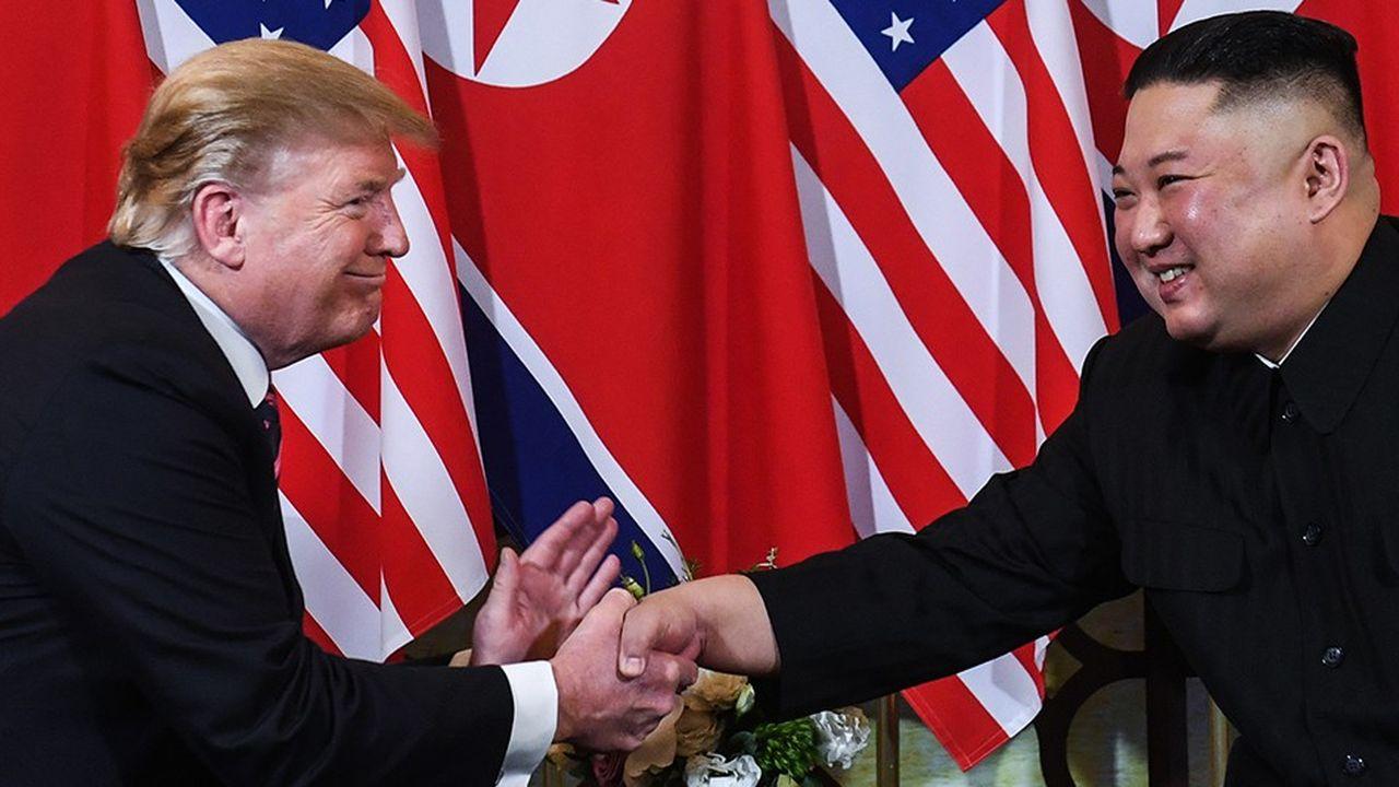 La poignée de mains entre le président des Etats-Unis, Donald Trump, et le président nord-coréen, Kim Jong-un, après leur rencontre à l'hôtel Metropole à Hanoï, le 27 février.